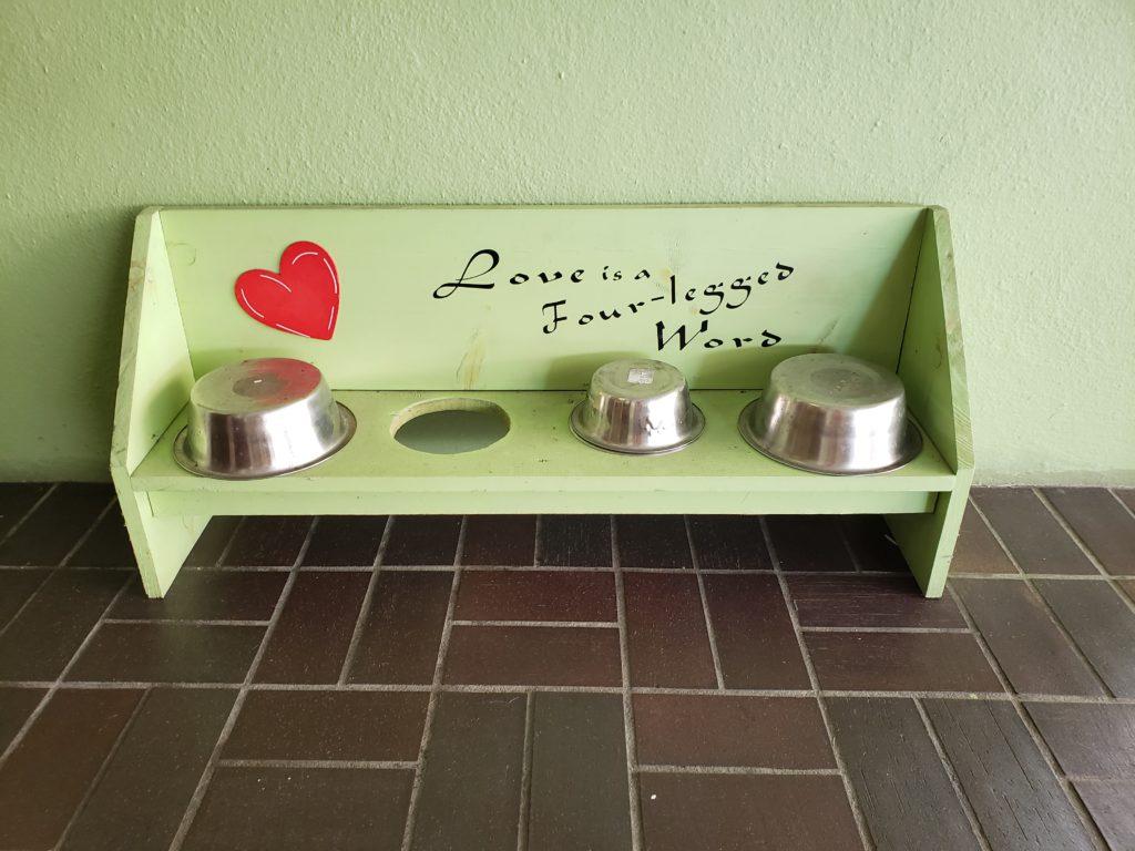 Estación de agua para las mascotas en la fachada del Hotel Indigo