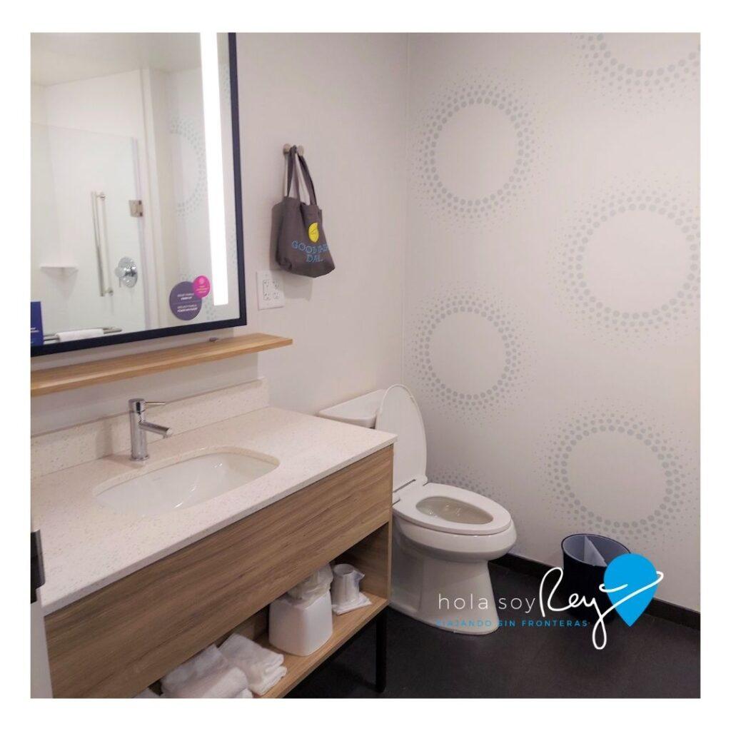 El baño de la habitación del hotel en el hotel Tru By Hilton