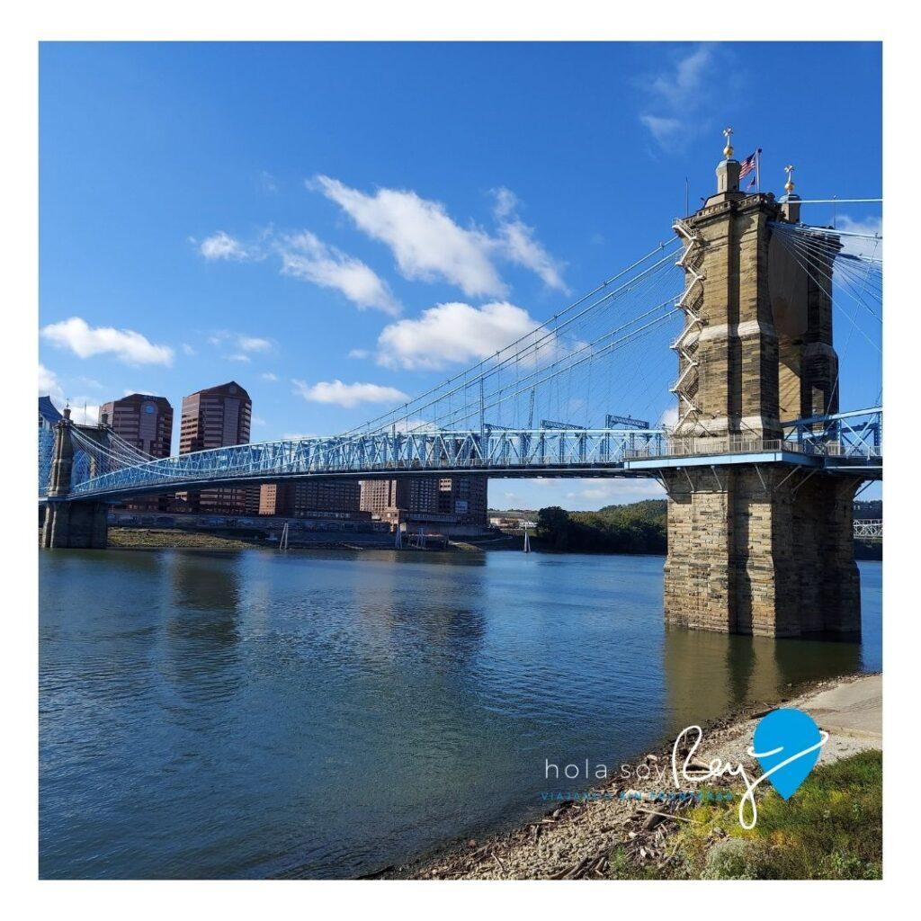 Puente que comunica Cincinnati con Covington en Kentucky al otro lado del río Ohio.